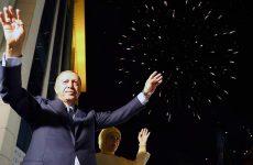 Ο Ερντογάν πανηγυρίζει τη νίκη του από τον α' γύρο