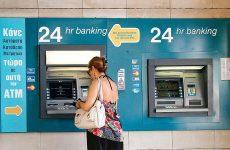 Στις 5.000 ευρώ το όριο ανάληψης μετρητών από τη Δευτέρα