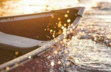 Στις φλόγες τυλίχτηκε βάρκα στα Πευκάκια