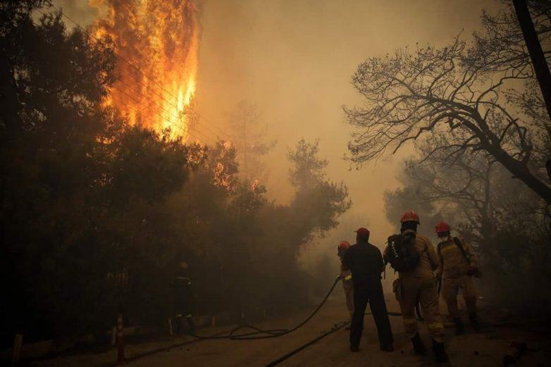 Μάχη με τις φλόγες δίνουν οι πυροσβέστες στην Κεφαλονιά