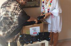 Προσφορά παπουτσιών σε παιδιά στη Σκιάθο