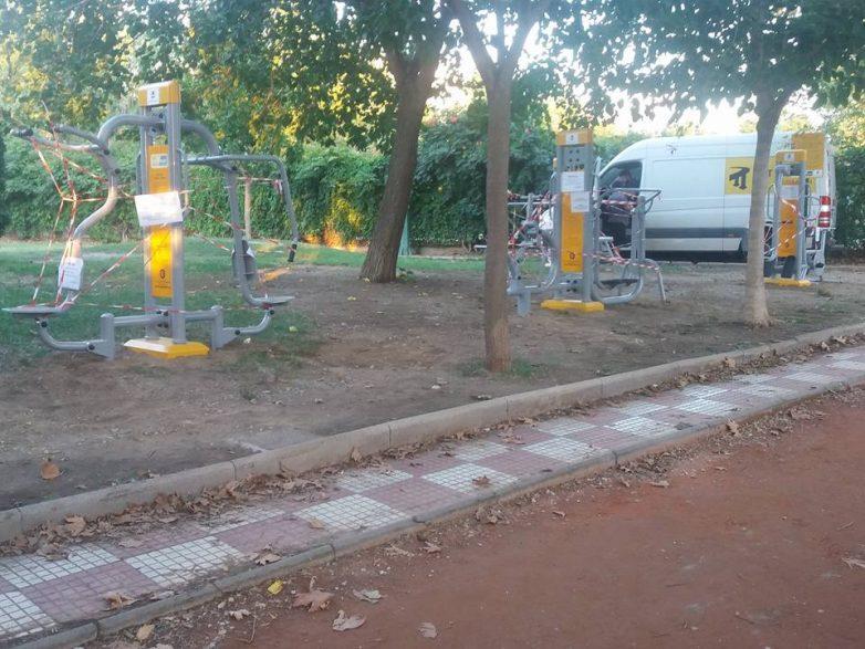 Όργανα γυμναστικής σε ανοιχτό χώρο στο πάρκο του ασύλου