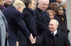 Χειραψία Πούτιν – Τραμπ στην Αψίδα του Θριάμβου