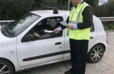 Ενημερωτικά φυλλάδια με συμβουλές οδικής ασφάλειας διένειμαν τροχονόμοι σε οδηγούς ενόψει των Χριστουγέννων