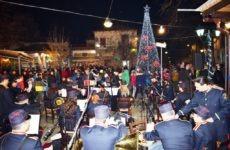 Γιορτινή ατμόσφαιρα στην Αργαλαστή στην φωταγώγηση του Χριστουγεννιάτικου δέντρου