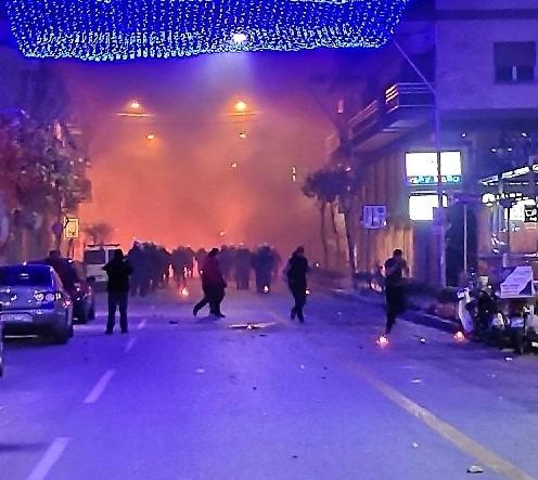 Μέχρι και καπάκια της ΔΕΥΑΜΒ χρησιμοποίησαν οι αντιεξουσιαστές στη μάχη κατά αστυνομικών
