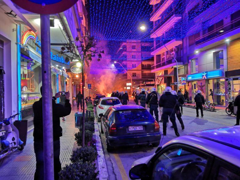 Μάχη κουκουλοφόρων και αστυνομικών στο κέντρο του Βόλου με χημικά και δεκάδες μολότοφ