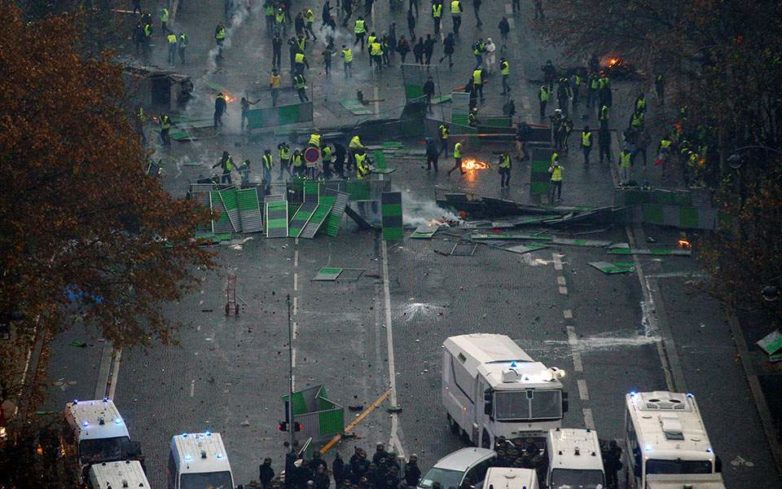 Εικόνες χάους στο Παρίσι μετά τις βίαιες συγκρούσεις με τα «κίτρινα γιλέκα»