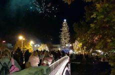Φωταγωγήθηκε στα Τρίκαλα το πιο ψηλό φυσικό χριστουγεννιάτικο δέντρο στην Ελλάδα