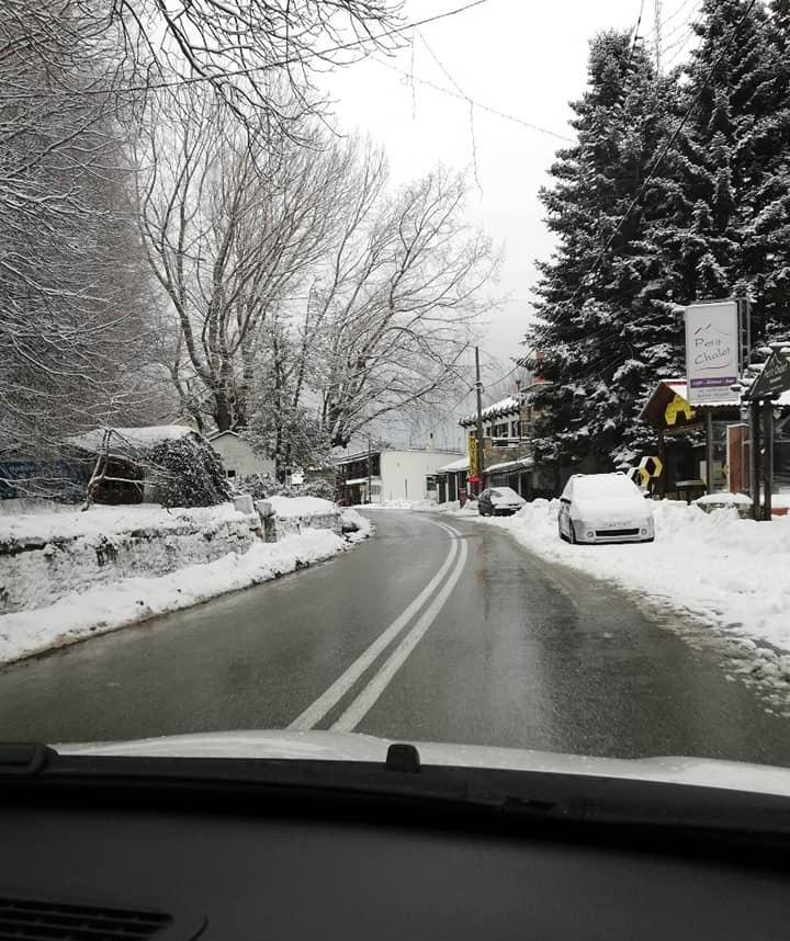 Χιονοπτώσεις πλήττουν από τα ξημερώματα τη Θεσσαλία από τα 300 μ. υψόμετρο και πάνω