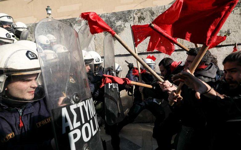 Ένταση στο συλλαλητήριο των εκπαιδευτικών έξω από τη Βουλή