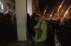 Επεισόδια και καταγγελίες για τραυματισμούς έξω από το Δημαρχείο του Βόλου (βίντεο)