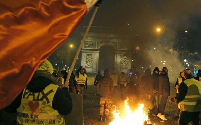 Γαλλία: Απομακρύνθηκε ο κυβερνητικός εκπρόσωπος από το υπουργείο του – Εισέβαλλαν τα κίτρινα γιλέκα στο προαύλιο