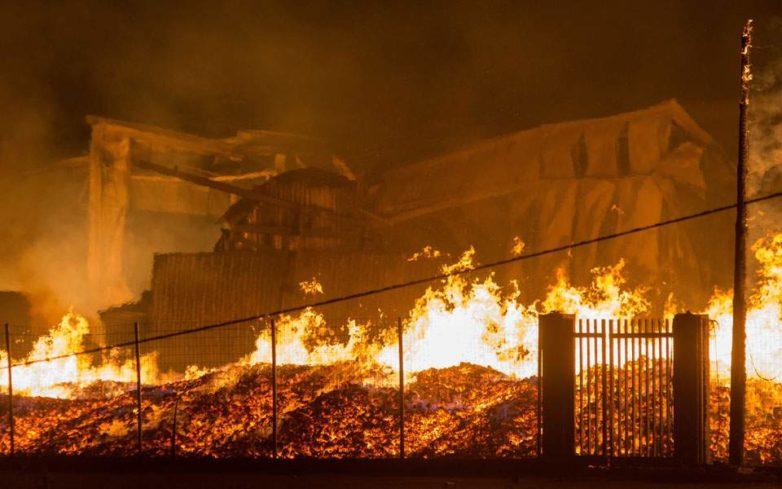 Λάρισα: Ολοκληρωτική καταστροφή σε εργοστάσιο ξυλείας από φωτιά