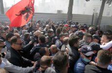 Νέα σοβαρά επεισόδια σε αντικυβερνητικές διαδηλώσεις στα Τίρανα