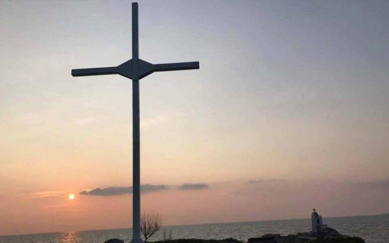 Μυτιλήνη: 33 συλλήψεις για την τοποθέτηση μεταλλικού σταυρού στην ακτή Απελή