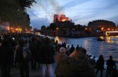 Χιλιάδες άνθρωποι στις όχθες του Σηκουάνα βλέπουν ανήμποροι την Νοτρ Νταμ να καίγεται
