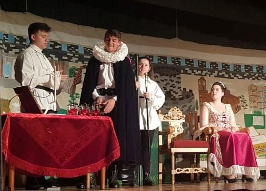 Η Θεατρική Ομάδα του ΕΠΑΛ Τυρνάβου έπαιξε τον Άμλετ τον Γ' για τα παιδιά της Κιβωτού του Κόσμου
