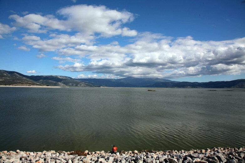 Παρακολούθηση ποιότητας του νερού στην Κάρλα με μη επανδρωμένα βαρκάκια και drones