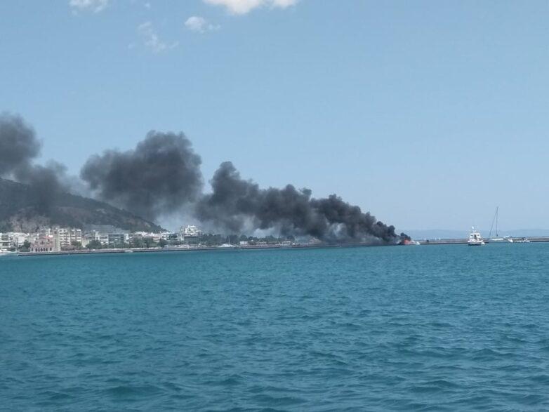 Στις φλόγες ιστιοπλοϊκό σκάφος 10 μέτρων στη παραλία του Βόλου