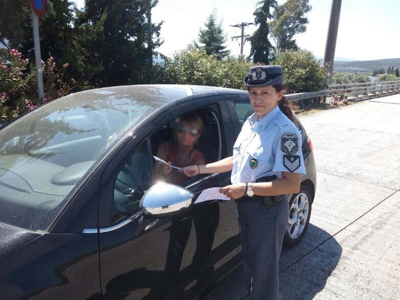 Ενημερωτικά φυλλάδια διένειμαν αστυνομικοί του Τμήματος Τροχαίας Αυτοκινητοδρόμων Π.Α.Θ.Ε. Μαγνησίας σε οδηγούς οχημάτων