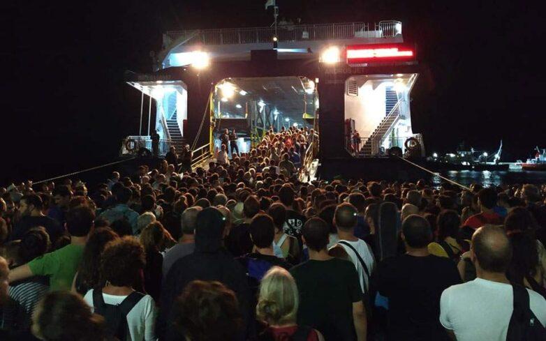 Συνωστισμός τα ξημερώματα στο λιμάνι της Σαμοθράκης