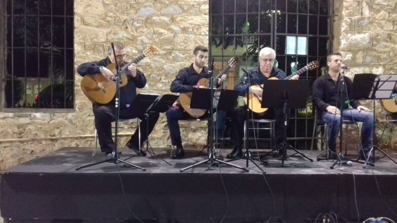 O Βολιώτης Ντίνος Γκρίνιας δόξασε το Ρεμπέτικο, στο Φεστιβάλ Μπλόκου Κοκκινιάς