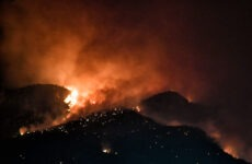 Ολονύχτια μάχη με τις φλόγες στο Λουτράκι