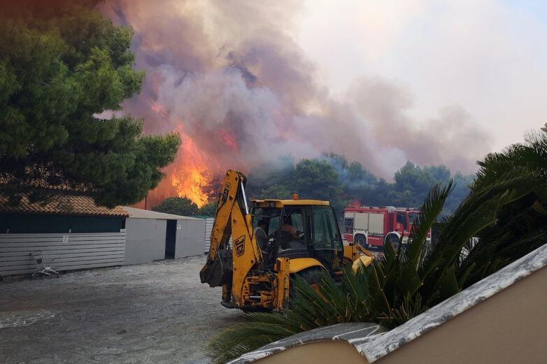 Ανεξέλεγκτη η πυρκαγιά στην Ζάκυνθο: ενισχύονται οι δυνάμεις από όλη την Ελλάδα