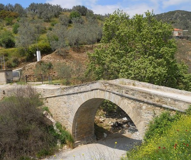 Eργασίες στο μονότοξο γεφύρι στο Λουζίνικο