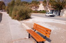 Νέα παγκάκια στο παραλιακό μέτωπο Αγριάς