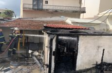 Από θαύμα δεν κάηκε ζωντανή ηλικιωμένη γυναίκα στη συνοικία της Νεάπολης