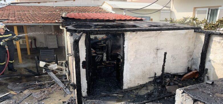 Φωτιά σε αποθήκη στην Γατζέα με καμένες κυψέλες