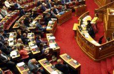 Σφοδρή σύγκρουση στη Βουλή για τα επεισόδια στα νησιά