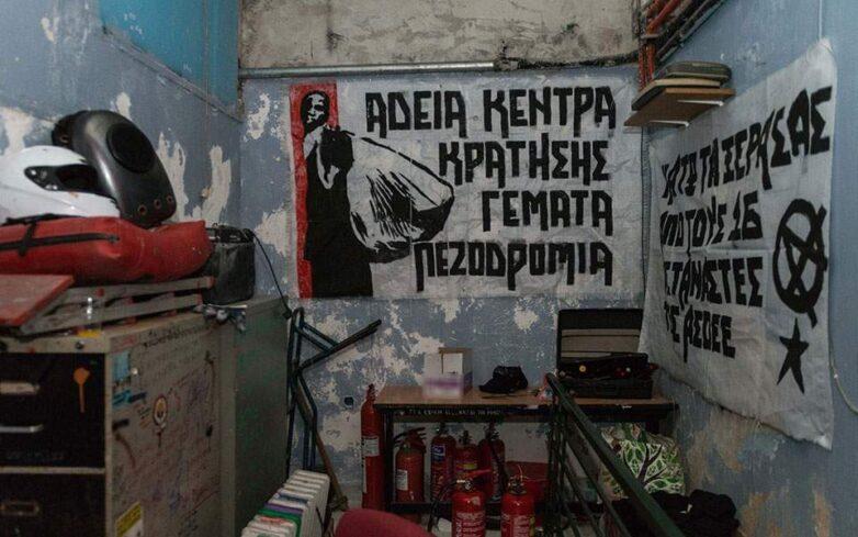 Kοντάρια, κράνη, γάντια, κουκούλες, ρούχα αμφίεσης και πυροσβεστήρες στη «γιάφκα» της ΑΣΟΕΕ