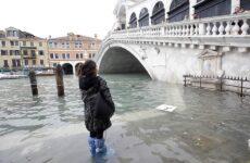 Ανυπολόγιστες καταστροφές και ένας νεκρός από τη «βιβλική» πλημμύρα στη Βενετία