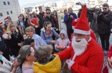Πυροσβέστης Άη Βασίλης μοίρασε δώρα στα παιδιά στο ΑΓΝΒ