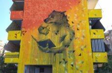 Τοιχογραφία αφιερωμένη στα αδέσποτα ζώα σε πολυκατοικία