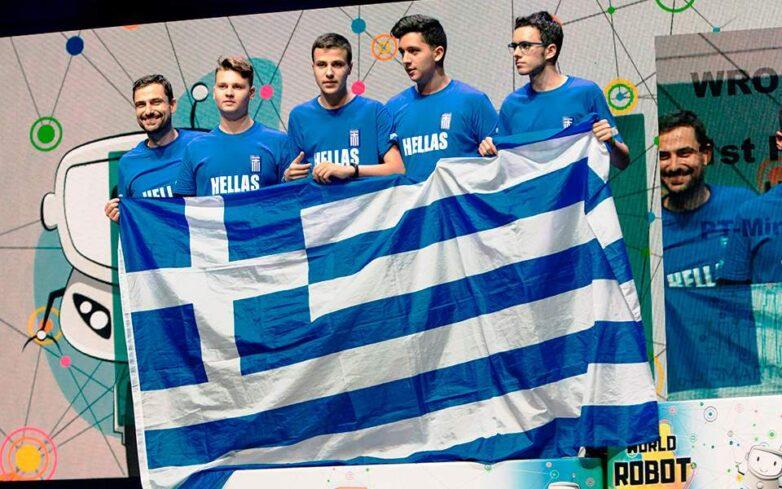 Η ελληνική σημαία στην κορυφή της Ολυμπιάδας Εκπαιδευτικής Ρομποτικής μας γεμίζει ελπίδα για το μέλλον