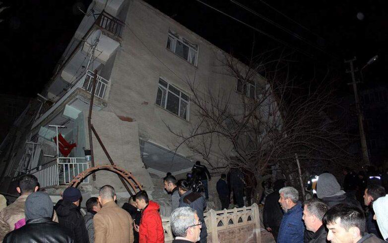 Ισχυρός σεισμός 6,8 Ρίχτερ στην ανατολική Τουρκία – Τουλάχιστον 14 νεκροί και 300 τραυματίες