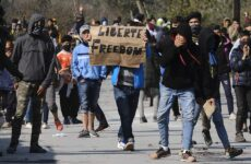 Μυτιλήνη: Εκατοντάδες αιτούντες άσυλο κατεβαίνουν από τη Μόρια στο λιμάνι
