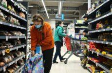 Ανοικτά αύριο Κυριακή τα σούπερ μάρκετ – ένας πελάτης ανά 15 τμ