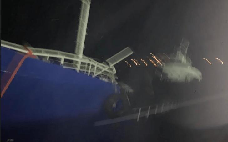 Στο λιμάνι της Τζιας προσάραξε πλοίο από την Τουρκία με 193 πρόσφυγες και μετανάστες (βίντεο)