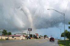 Ο κυκλώνας Οναλάσκα «σαρώνει» Οκλαχόμα και Τέξας