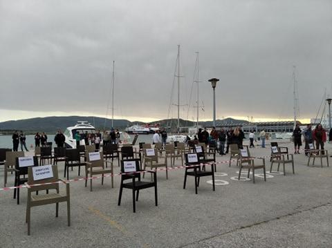 Διαμαρτυρία καταστηματαρχών με άδεια καθίσματα στην παραλία του Βόλου