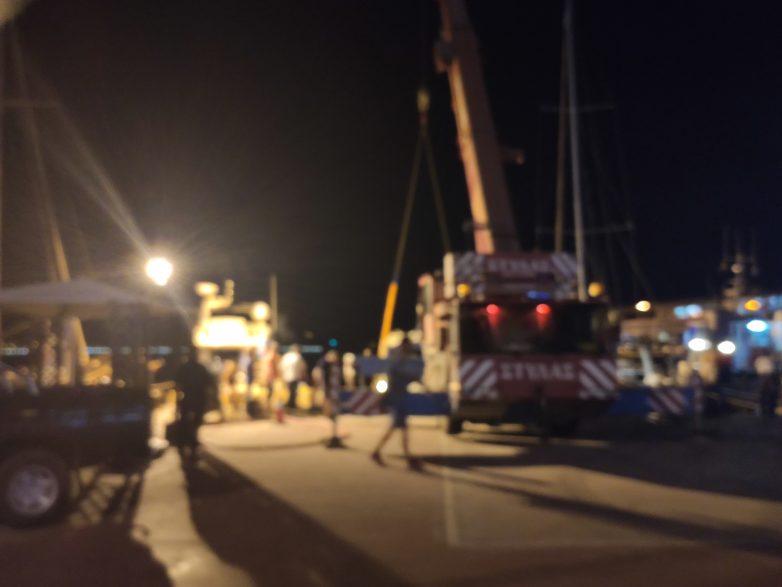 Ανατράπηκε από την κακοκαιρίααλιευτικό σκάφος στον Αλμυρό
