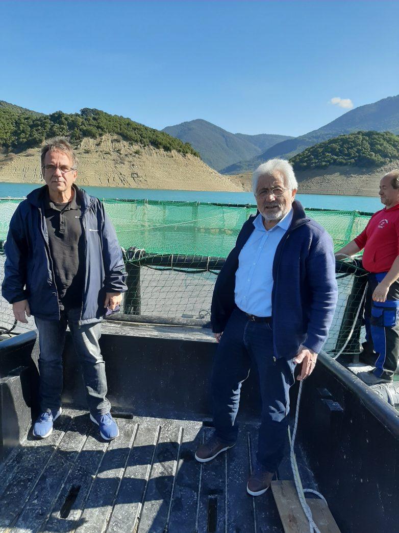 Στην πλωτή μονάδα εκτροφής πέστροφας στη Λίμνη Κρεμαστών ο Νικ. Ντίτορας