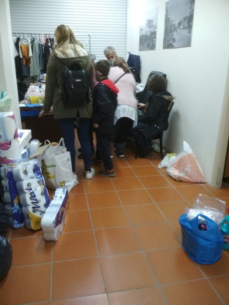 Τρόφιμα και είδη πρώτης ανάγκης σε σπίτια εργαζομένων και ανέργων