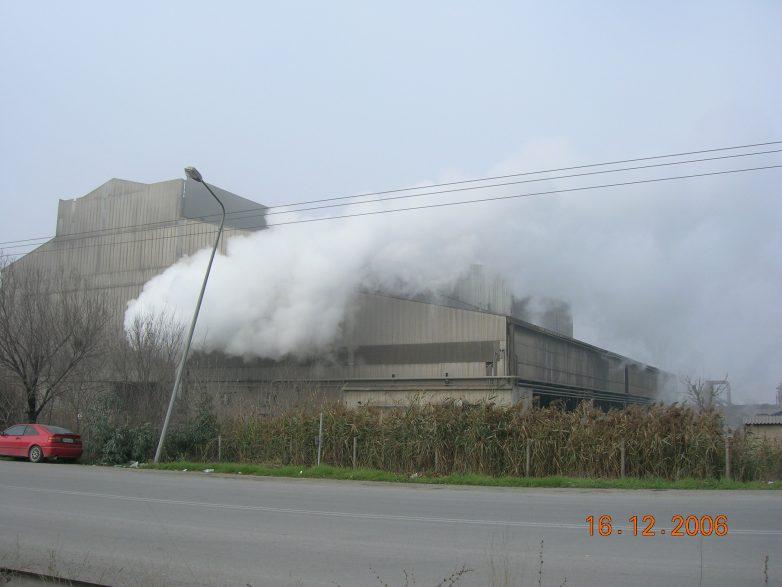 Υπό μερικό έλεγχο φωτιά στη Χαλυβουργία