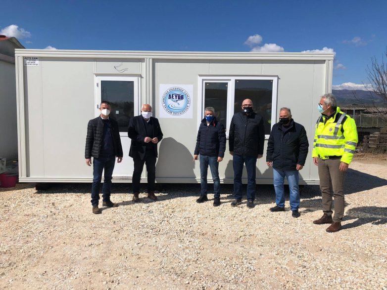 Έναν οικίσκο για τους σεισμόπληκτους στο Βλαχογιάννι παρέδωσε η ΔΕΥΑ Βέροιας στην Περιφέρεια Θεσσαλίας